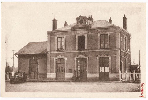 Desservant Trémeur, la gare de Broons dans les années 1950. Ce lieu essentiel de communication pendant plus d'un siècle a été rasé dans les années 1990.