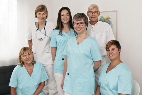Auf dem Foto ist das Team der Zahnarztpraxis Dres. Engel zu sehen