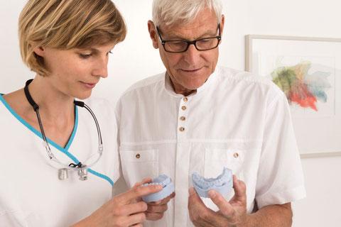 auf dem Foto sind Dr. Reinhard Engel und Dr. Regina Engel in einer Besprechung zu sehen