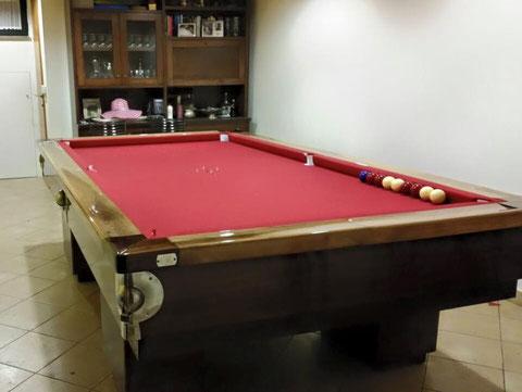 Biliardo a boccette Artusi 250 rivestito in legno con panno rosso, seconda angolazione