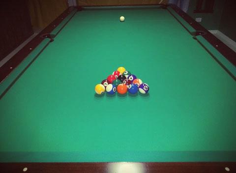 Pool regolamentare in legno laccato marrone scuro e panno verde, misure 254 x 127