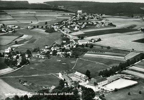 Fuchsmühl mit dem Schloss im Vordergrund um 1950