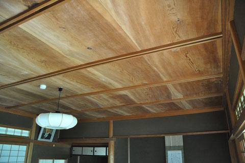 客殿の天井板(松の一枚板)