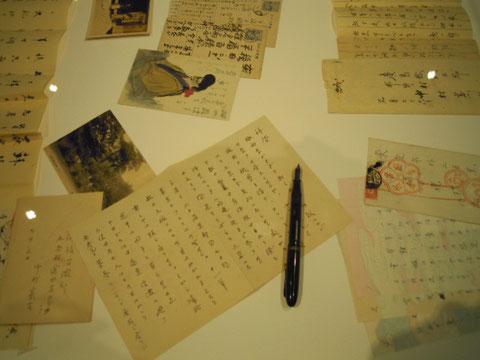 憲吉書簡と万年筆(展示ケースの中)