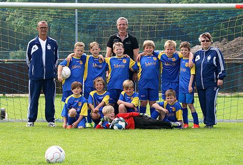 hinten von links nach rechts: Gerd, Mark, Marlon, Ole, Achim, Rasmus, Hannes, Benjamin, Tatjana - vorn von links: Oke, Fynn-Hendrick, Justus, Silas und Max als Torwart