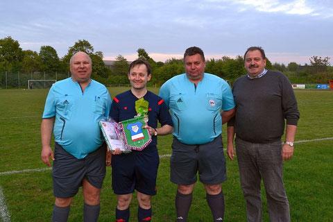 Die drei Senior-Schiedsrichter beschenkten Manuel Gosch zu seinem Abschied