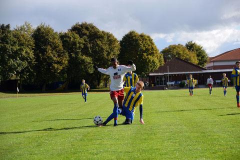 Heute mal kein Schiedsrichter: Noah Rodwald trennt den HSVer fair vom Ball