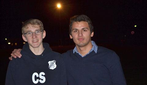 Christian Sievers (l.) hat die DFB-Schiedsrichterprüfung bestanden. Gemeinsam mit dem Schiedsrichterbeauftragten des TuS Dajinder Pabla (r.) hat er sich darauf vorbereitet