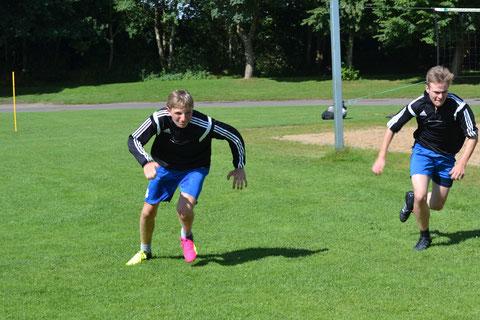 Tom Solterbeck (l.) und Leon Andresen (r.) beim 4 X 10-Meter-Sprint auf Augenhöhe