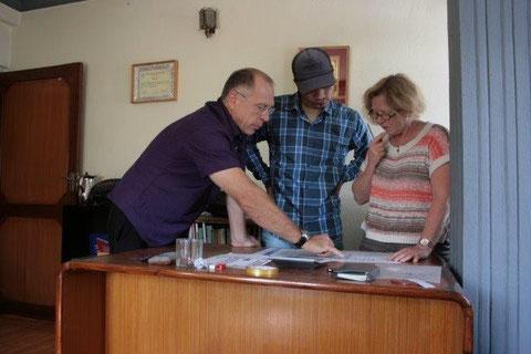 Klaus, Binod und Sonja planen den Bau