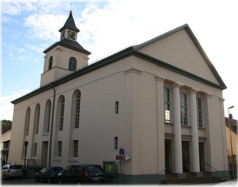 Die Thomaskirche ist in der Pforzheimer Straße; an der B10