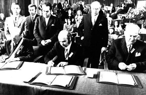 v.l.n.r.: Die Bürgermeister Bordry (Puiseaux); Elgner (Nieder-Roden) und Rein (Hainburg) unterzeichnen die Partnerschaftsurkunde