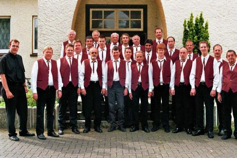 Der Chor vor der ehemaligen Schule im Juni 2007
