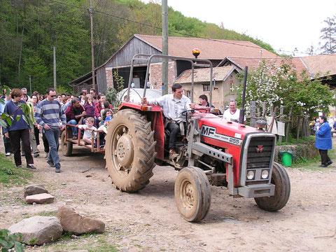 Pierre-Henri emmène la troupe sur son tracteur.