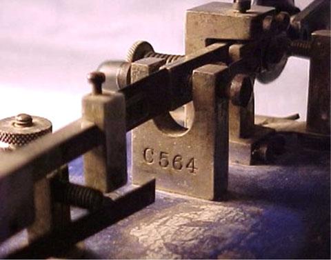 Particolare serial number stampato sul supporto di regolazione a U.