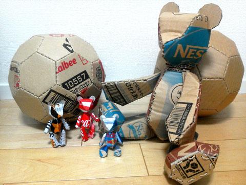 ダンボールのクマとサッカーボール  缶のクマ