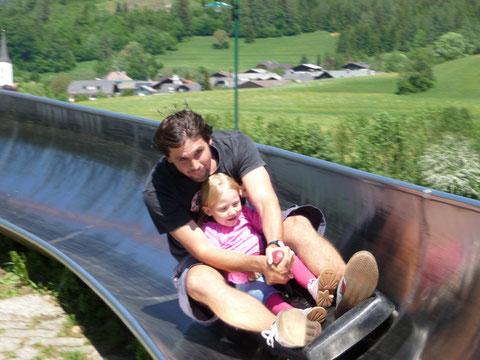 Ich mit Papa beim Sommerrodeln in Fuschl!! Ganz schön flott unterwegs, nicht?