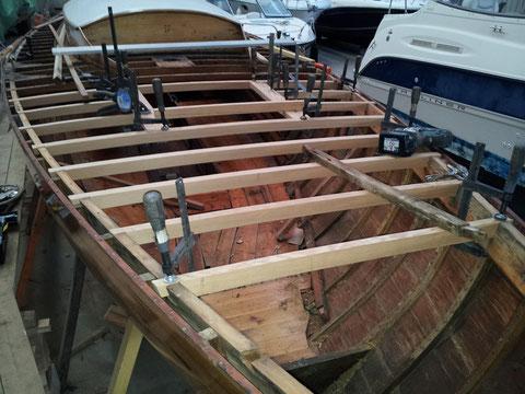 Le barottage du pont est refait à neuf en avant du mât