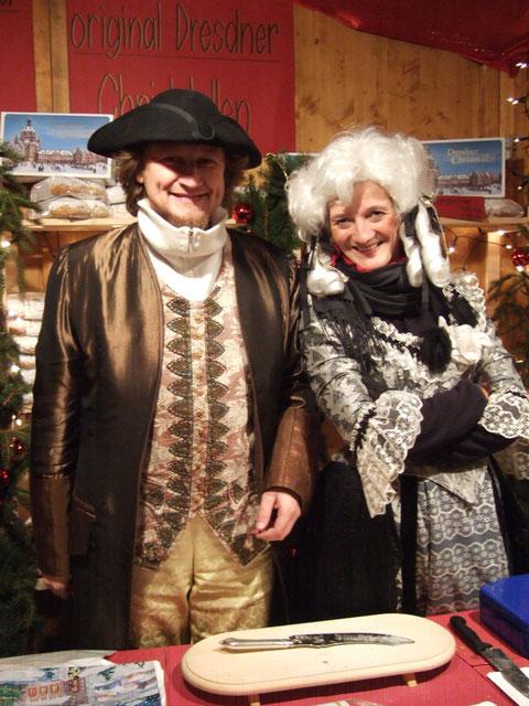 """Gräfin Cosel und August der Starke (Eva und Jörg) werden wie jedes Jahr in der traditionellen Dresdner Kleidung am Barfi/Tramhaltestelle zu finden sein und Ihnen den Weg in den """"Dresdner Stollen Store"""" zeigen!"""