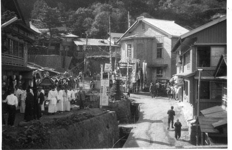 昔の下風呂温泉郷 中央奥の白い建物が「大湯」