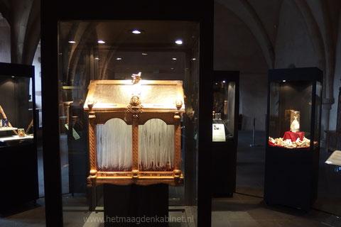 Het schrijn van Ursula Ellen Brouwers Het Maagdenkabinet expo kasteel Vianden 2015