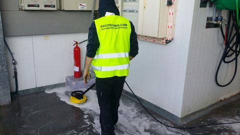 Limpieza a fondo con detergentes especialmente formulados para eliminar restos y grasas del pescado en la aplicación de pavimentos industriales sector pesquero