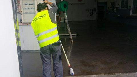 Aplicación a rodillo de la capa de resina con árido antideslizante para la aplicación de pavimentos industriales sector pesquero