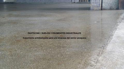 Pavimento terminado con la capa de resina y árido que lo transforma en un suelo industrial antideslizante en la aplicación de pavimentos industriales sector pesquero
