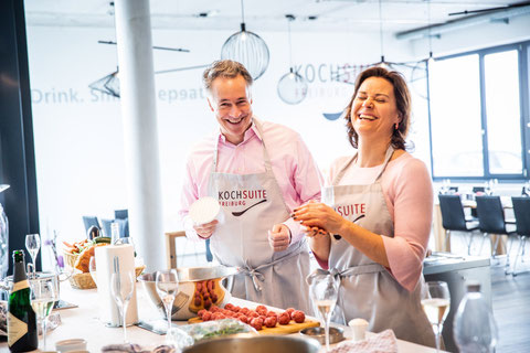 KochSuite Freiburg Kochkurs Frau und Mann am kochen