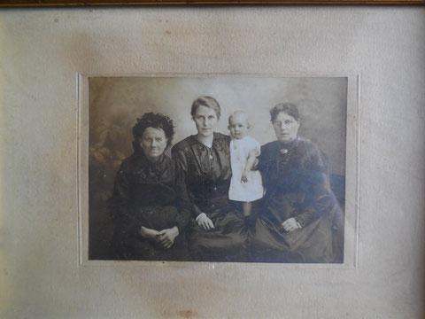 Urgroßmutter, Großmutter, Mutter und Tochter