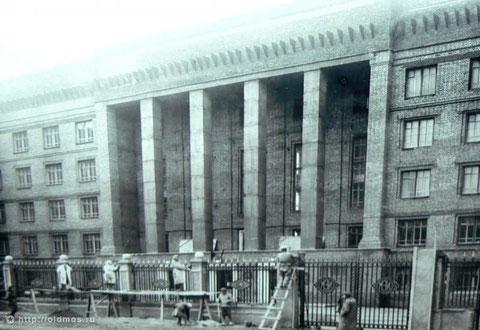 Строительство забора в 50-е годы.