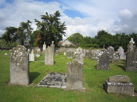Auf dem Friedhof sind viele                   verwitterte  Grabsteine zu sehen
