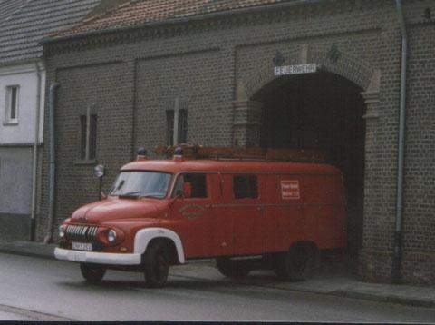 Im Hintergrund das Gerätehaus (Haus Krapol)