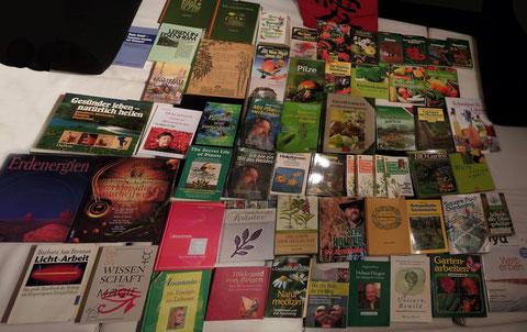 Nicht alles davon habe ich durchgelesen und manche Bücher wiederrum sind nicht auf dem Foto, die ich durchgelesen habe.