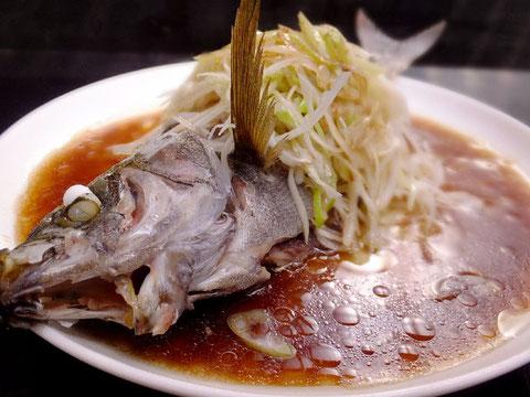 新鮮なイサキに塩を振りせいろで蒸した一品です。最後にネギをトッピングし、ネギ油で香りづけをします。他の魚では金目鯛、ハタ、鯛、カサゴなどもこの料理に合います。