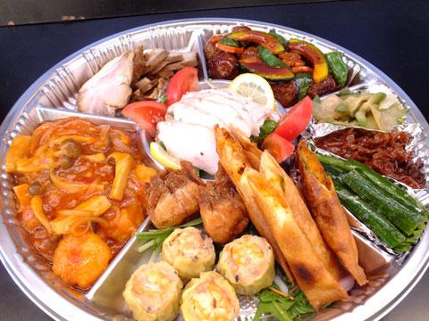 小エビのチリソース、チャーシュー、焼売、肉団子の甘酢あんかけ、ザーサイ、ホタテヒモなど8~9種類を盛り込みます。