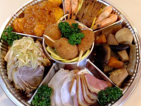 毎年、約30数種類の中華総菜を中心とした料理を手作りで調理しています。チャーシュー、春巻き、鶏チャーシュー、焼売、揚げワンタン、肉団子、エビチリ、ホタテなどなど盛りだくさんの中華おせちを是非お買い求めください。