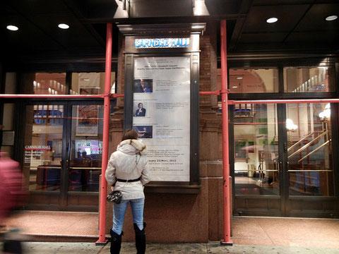 公演日のカーネギーホール玄関前に掲げられた日米親善コンサートのポスター