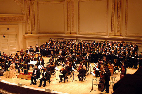 モツレク公演の舞台(最前列ソリスト席の左端はS.高島敦子先生、右端はB.成田眞先生)