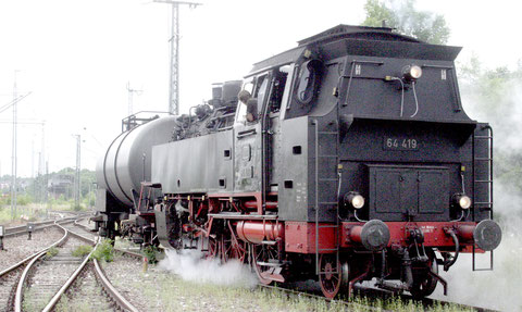 Nun mit richtiger Nummer: Die 64 419 fährt mit dem  Kesselwagen vorneweg aus dem Bw in den Bahnhof.