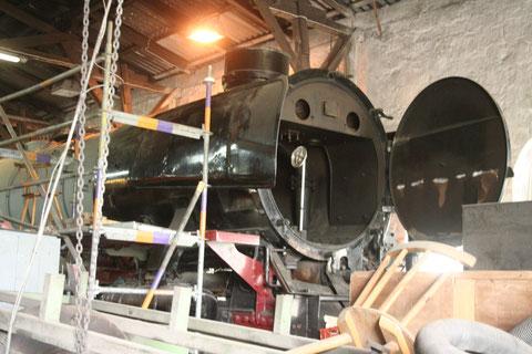 An der 01 1104 ging es nicht so schnell voran, da auch gleichzeitig am Hecht gearbeitet wurde. Der Wagen steht zur Fahrwerks-HU an.