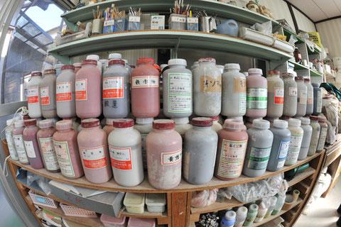 陶芸の釉薬が棚に並べてあります。