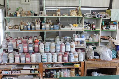 作業道具、釉薬を並べています。