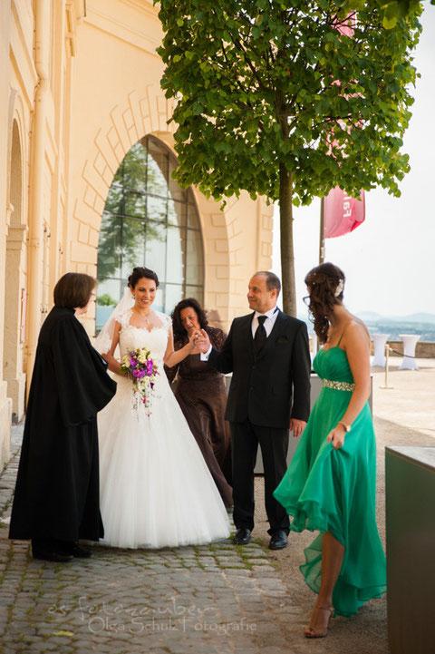 vor der Trauung, Vater mit Braut, Eltern mit Braut, Brautvater, kirchliche Trauung auf Ehrenbreitstein, Hochzeit in Koblenz, olga-schulz-fotografie.de, os-fotozauber, Hochzeitsreportage, Brautpaarshooting, Hochzeitsfotografin Koblenz, Fotograf Koblenz,