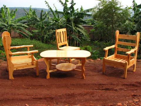 Sedie e tavoli prodotti dalla falegnameria.