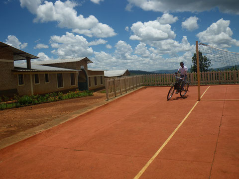 Parte della struttura vista dal campo da pallavolo.