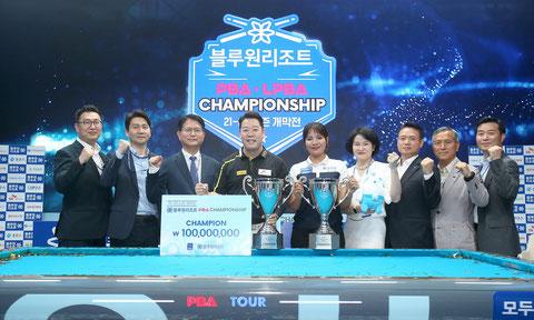 6月の『PBA/LPBA第1戦』の優勝者、カンドンコンとS・ピアビ(中央)