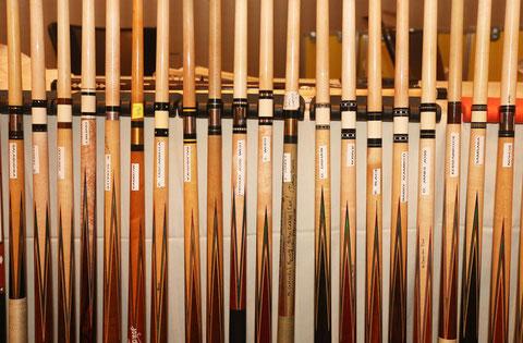 様々な材料で作られたカラー。左から6本目のRambow(ランボー)キューはブラス製。ステンレスやアイボリーのカラーのキューも並んでいる