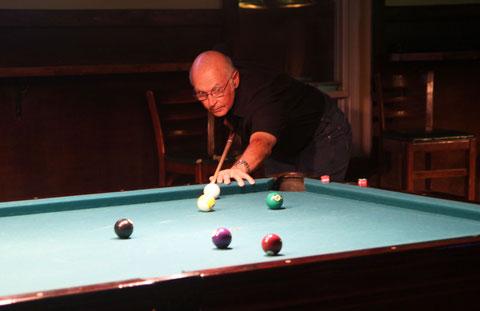 球を撞くビル・ストラウド。2009年撮影