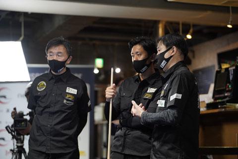 作戦タイム中のT'ism。左から山本久司、松田渉、高橋邦彦 ©2021 JAPAN POOL LEAGUE